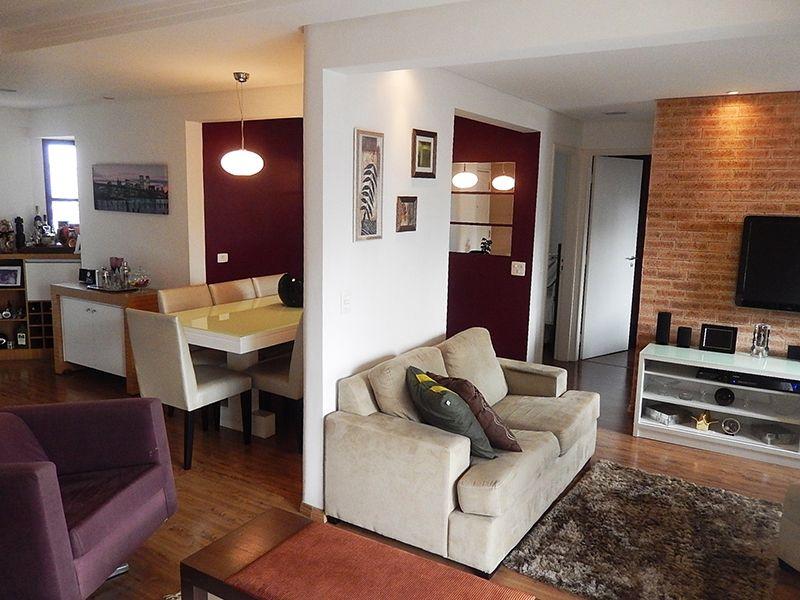 Saúde, Apartamento Padrão - Sala ampliada com piso laminado, teto com sanca de gesso e iluminação embutida, parede com textura e acesso a varanda.