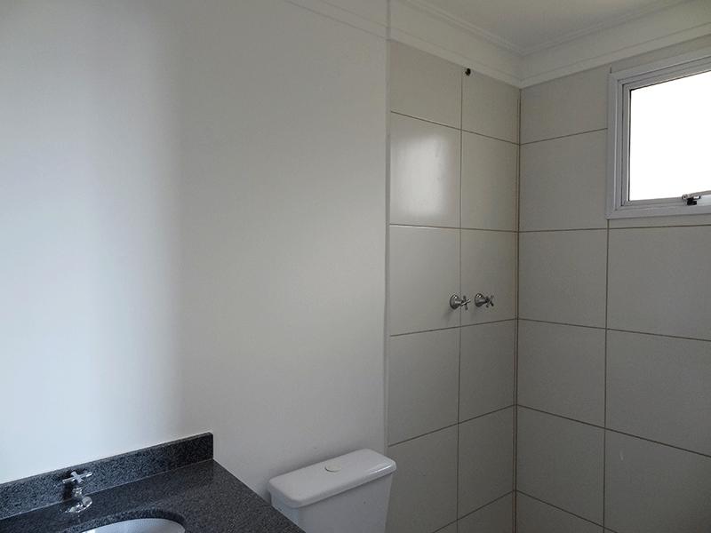 Sacomã, Apartamento Padrão-Banheiro da suíte com piso de cerâmica, teto com moldura de gesso e pia de granito.