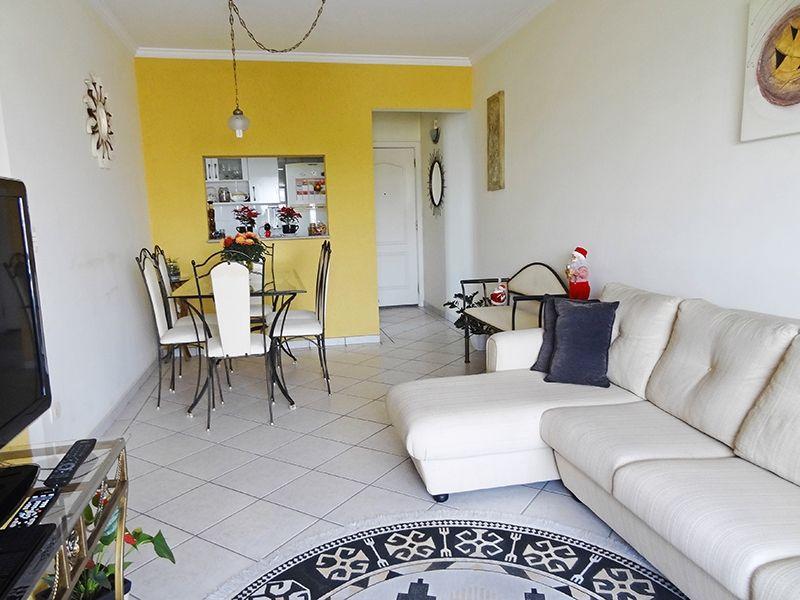 Sacomã, Apartamento Padrão-Sala retangular com dois ambientes, piso de cerâmica, teto com moldura de gesso e acesso à varanda.