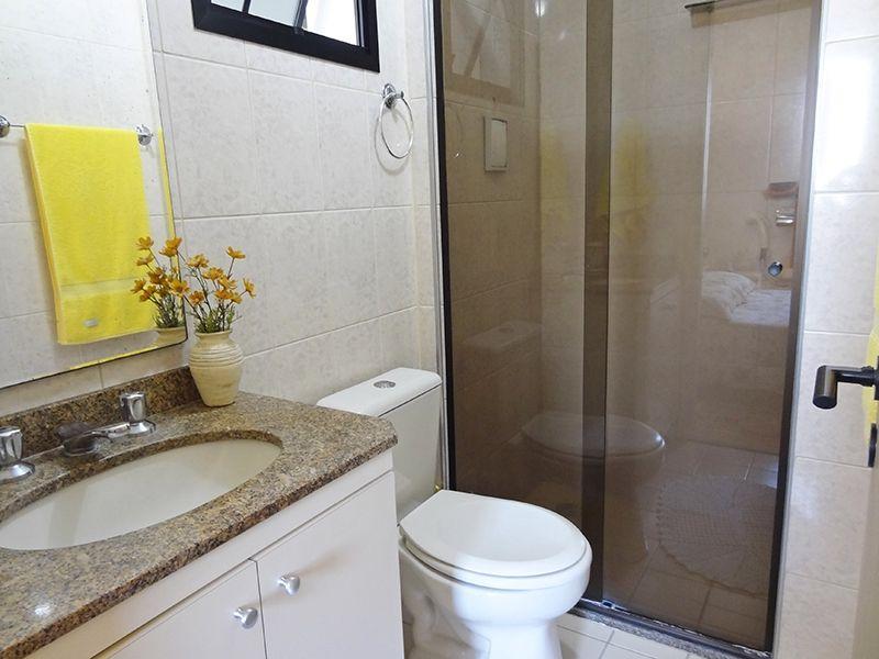 Sacomã, Apartamento Padrão-Banheiro da suíte e social com piso de cerâmica, box de vidro e pia de granito com gabinete.