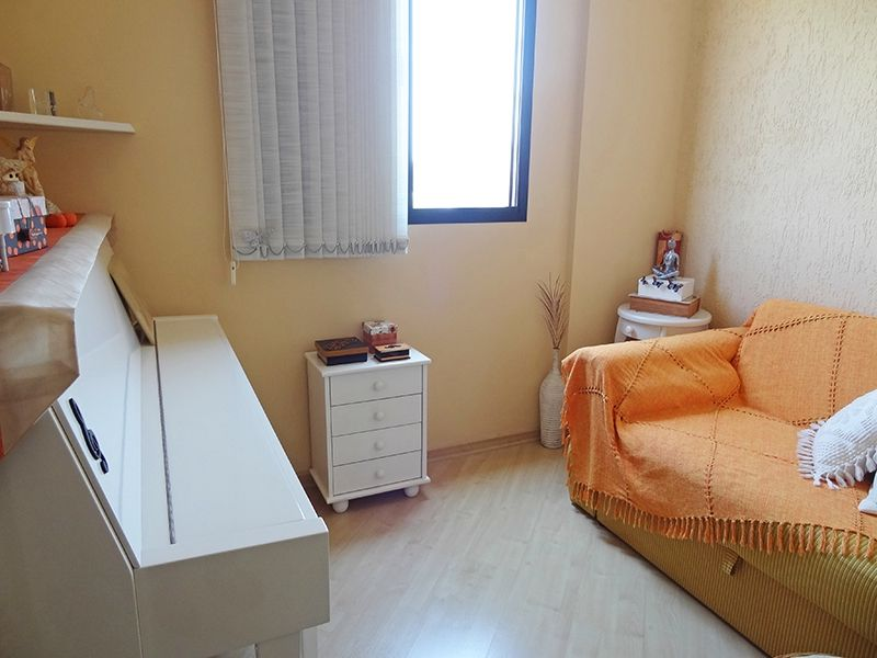 Sacomã, Apartamento Padrão-Segundo dormitório com piso laminado e teto com moldura de gesso.