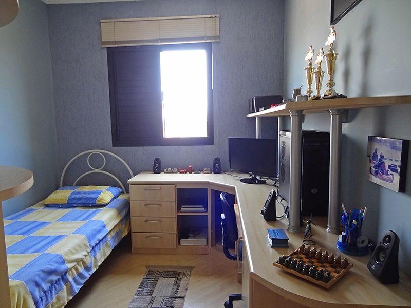 Sacomã, Apartamento Padrão-Terceiro dormitório com piso laminado, teto com moldura de gesso e armário planejado.