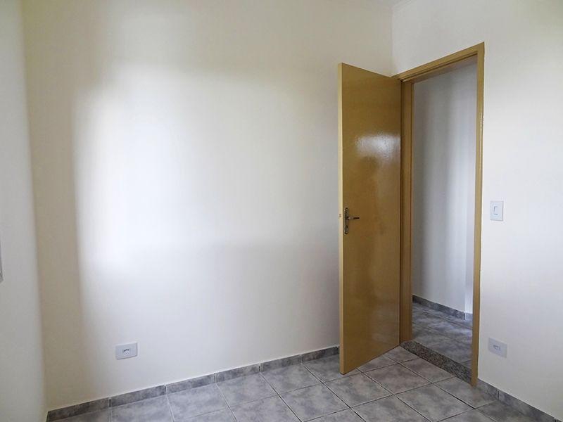 Sacomã, Apartamento Padrão-Segundo e terceiro dormitório com piso de cerâmica e teto com moldura de gesso.