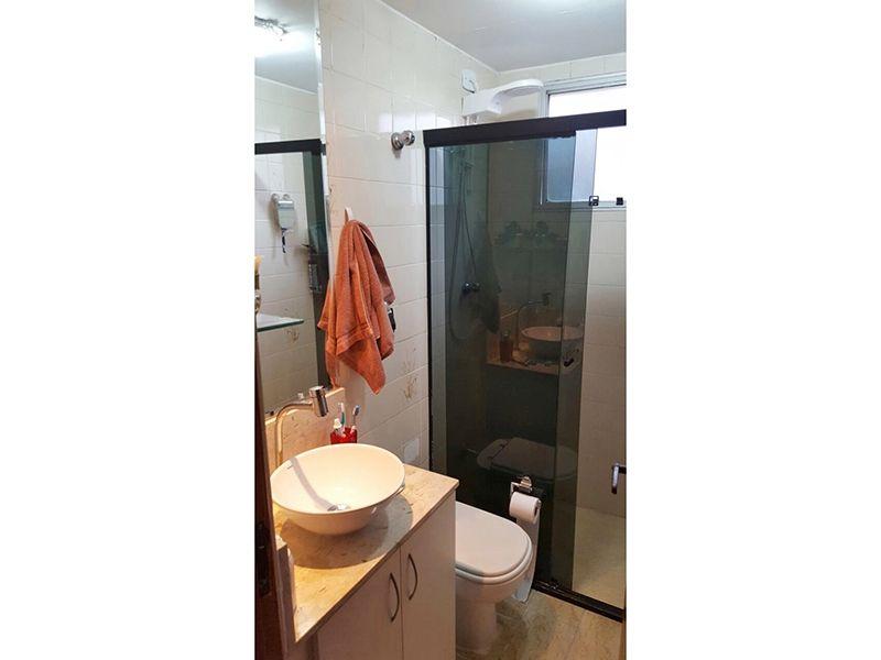Sacomã, Apartamento Padrão-Banheiro social com piso de cerâmica, box de vidro e pia de mármore com cuba sobreposta de porcelana.