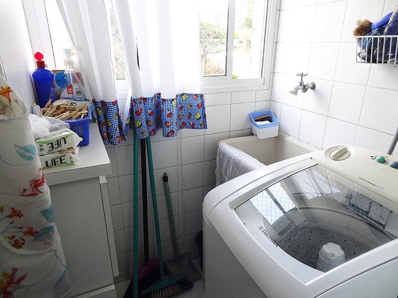 Sacomã, Apartamento Padrão-Área de serviço com piso de cerâmica, armário e janela com tela de proteção.