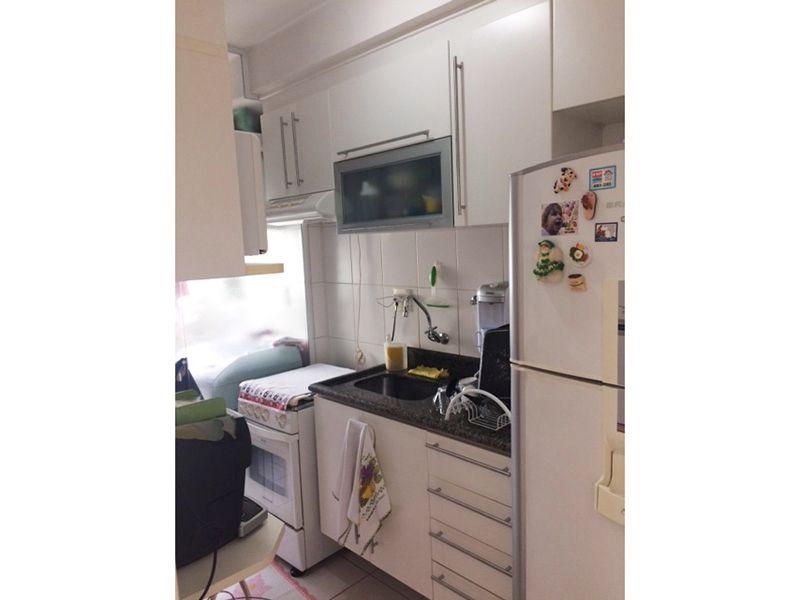 Sacomã, Apartamento Padrão-Cozinha com piso de cerâmica, pia de granito com gabinete, armários e porta de vidro na passagem para á área de serviço.