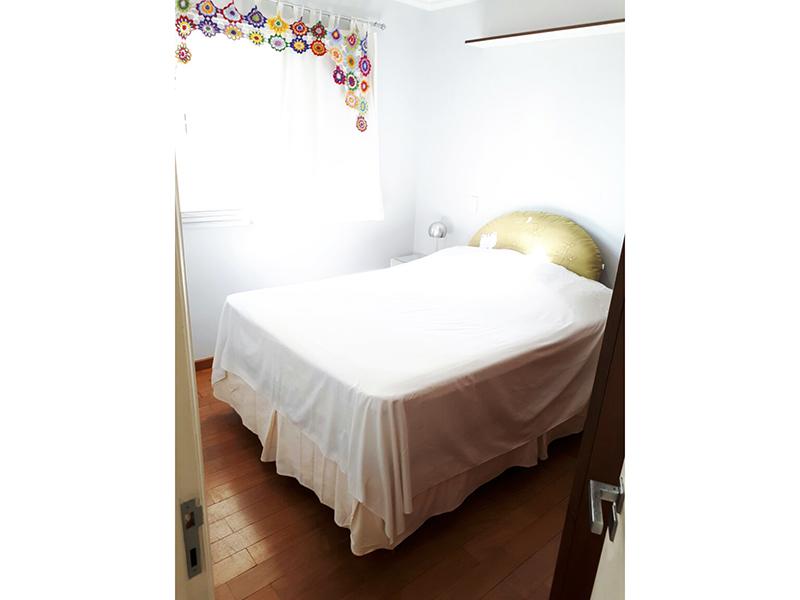 Ipiranga, Apartamento Padrão-Suíte com piso de taco de madeira, teto com moldura de gesso e armários.