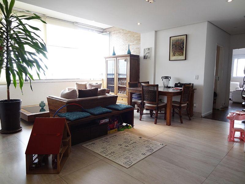 Ipiranga, Cobertura Duplex-Sala quadrada com dois ambientes, piso de porcelanato, teto rebaixado com iluminação embutida.