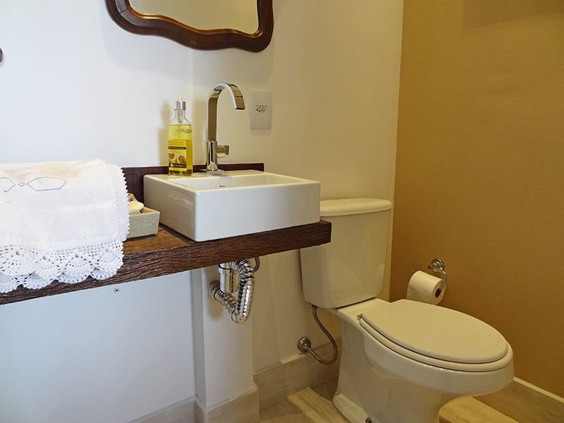 Ipiranga, Cobertura Duplex-Lavabo com piso de porcelanato, pia com bancada de madeira, cuba de porcelana sobreposta.