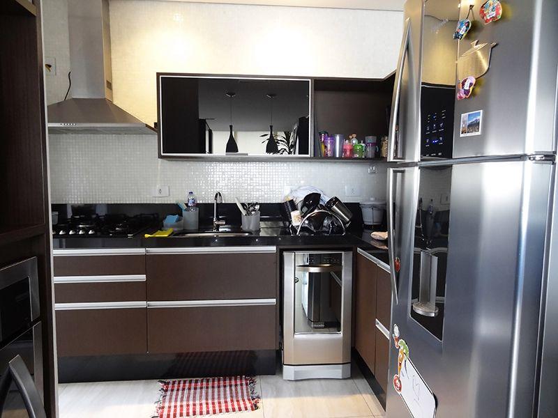 Ipiranga, Cobertura Duplex-Cozinha americana ampliada com piso de porcelanato, teto com iluminação embutida, pia de granito com gabinete e armários.