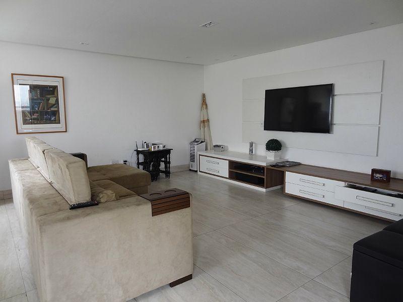 Ipiranga, Cobertura Duplex-Sala de estar com piso de porcelanato, teto rebaixado com iluminação embutida.