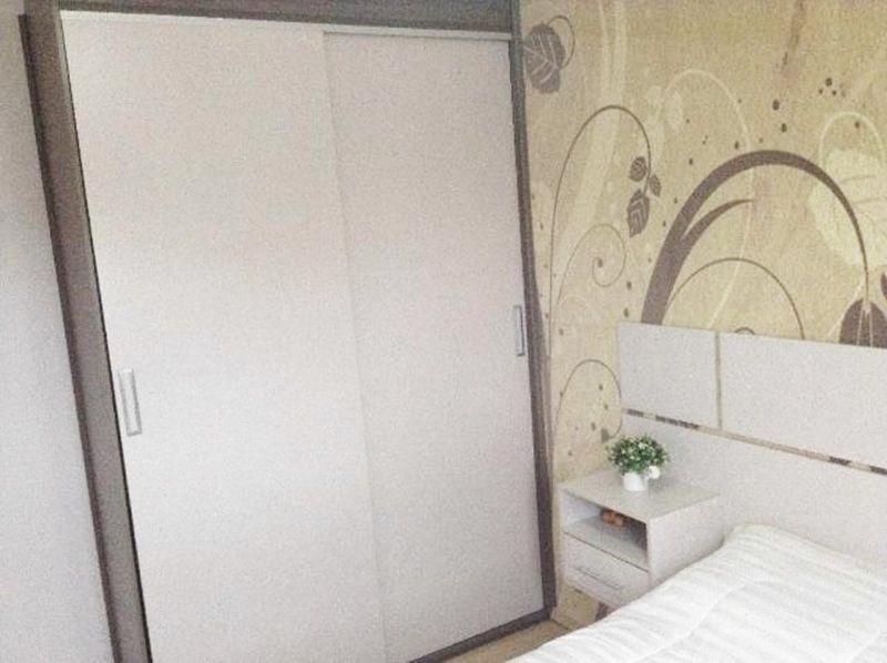 Sacomã, Apartamento Padrão-Dormitório com piso laminado, teto com moldura de gesso e armários.