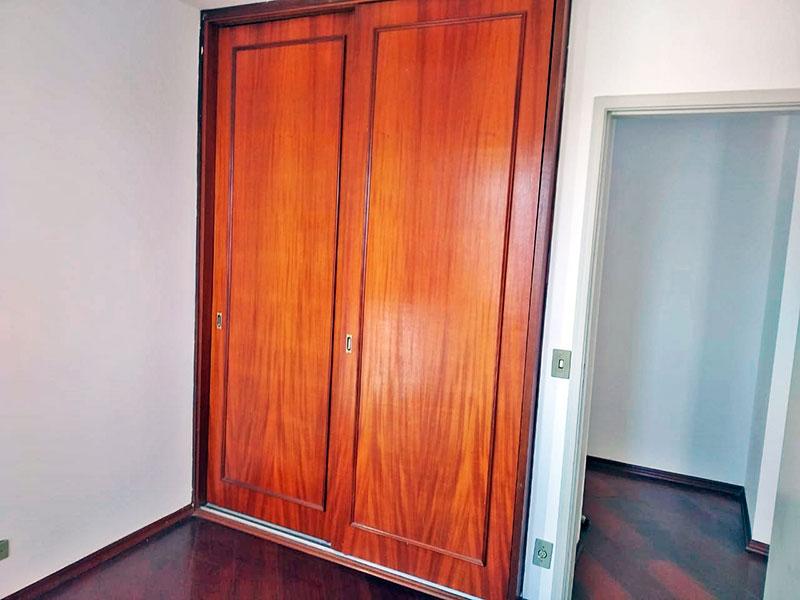 Jabaquara, Apartamento Padrão-1º Quarto com piso de carpete de madeira e armários embutidos.