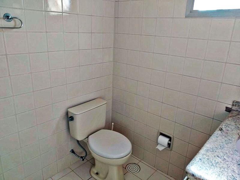 Jabaquara, Apartamento Padrão-Banheiro social com piso de cerâmica, gabinete, pia de granito e box.
