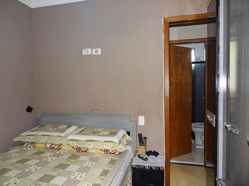 Sacomã, Apartamento Padrão-Suíte com piso de porcelanato, teto com moldura e armários planejados.