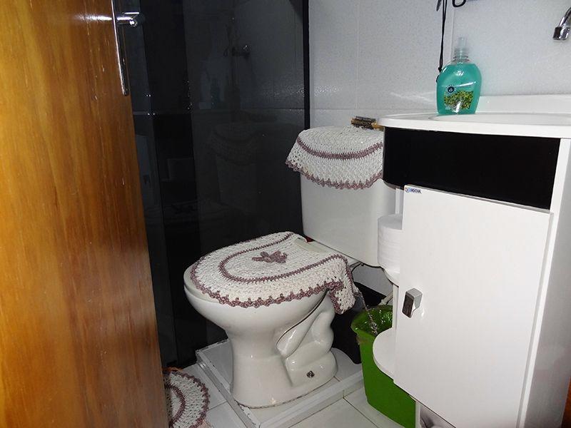 Sacomã, Apartamento Padrão-Banheiro social com piso de cerâmica, pia de porcelanato com gabinete e box de vidro.