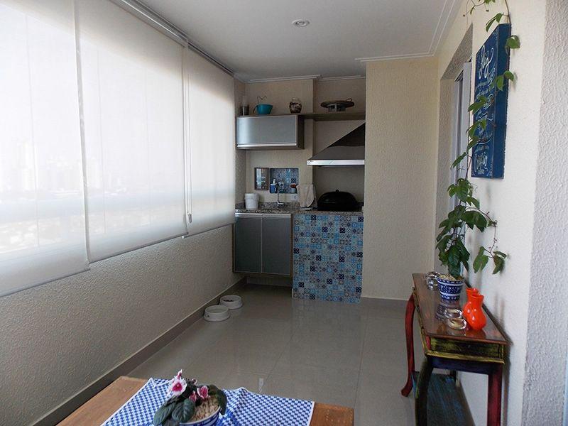 Ipiranga, Apartamento Padrão-Varanda envidraçada com piso de porcelanato e teto com moldura de gesso.