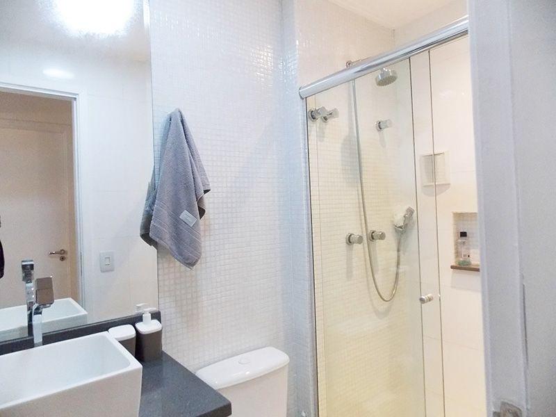 Ipiranga, Apartamento Padrão-Banheiro social com piso de cerâmica, pastilhas, nicho, pia com bancada quartzo e cuba sobre posta com gabinete e box de vidro.