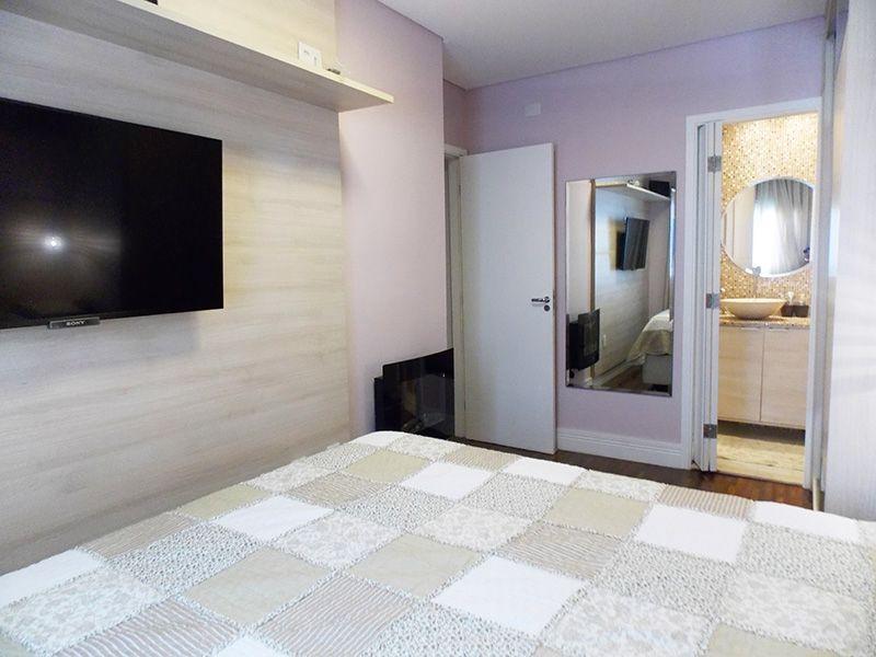 Ipiranga, Apartamento Padrão-Suíte com piso de madeira, teto com moldura de gesso e armários.
