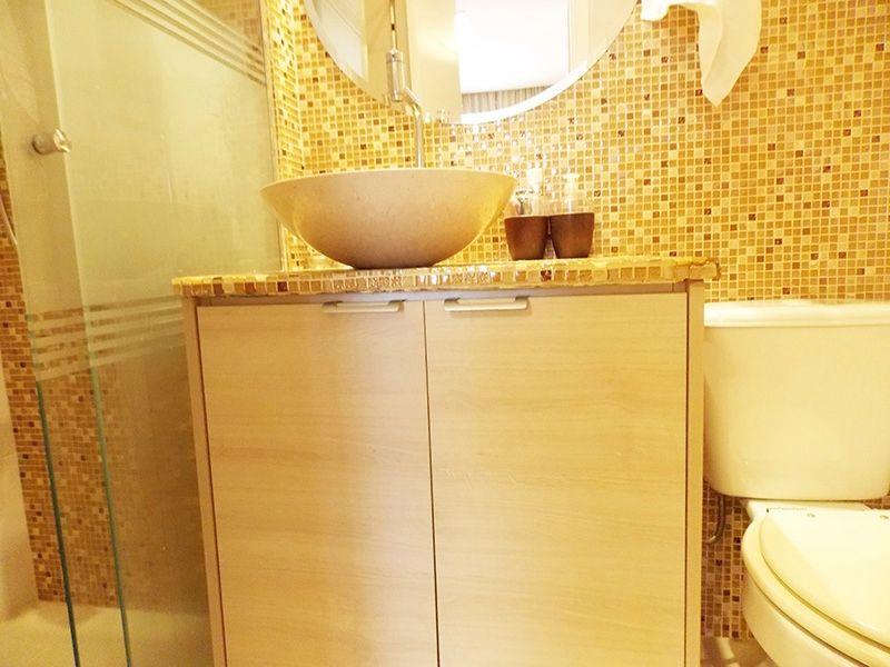 Ipiranga, Apartamento Padrão-Banheiro da suíte com piso de cerâmica, pastilhas, nicho, pia com bancada quartzo e cuba sobre posta com gabinete e box de vidro.