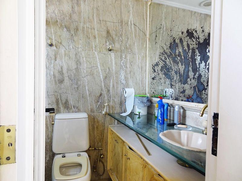 Ipiranga, Cobertura Duplex-Lavabo com piso de cerâmica e pia de vidro.