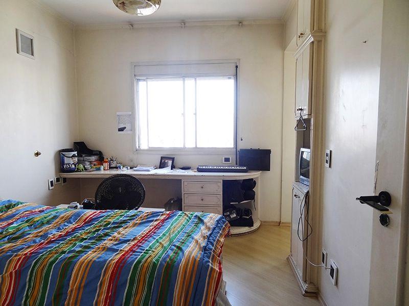 Ipiranga, Cobertura Duplex-Dormitório com piso laminado, teto com moldura de gesso e armários.