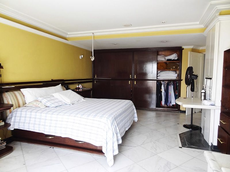 Ipiranga, Cobertura Duplex-Suíte com piso de cerâmica, teto rebaixado com iluminação embutida e armários.