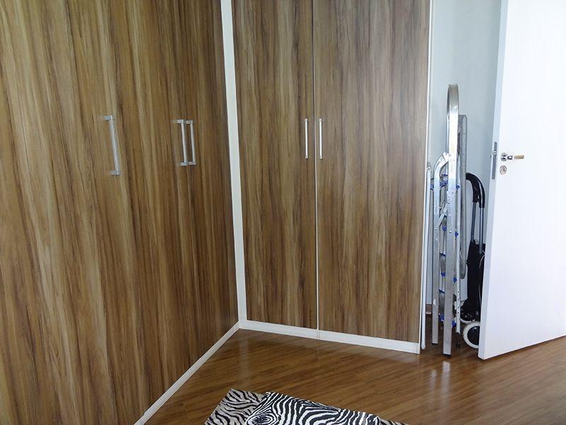 Sacomã, Apartamento Padrão-Segundo dormitório com piso laminado, teto com moldura de gesso e armários planejados.