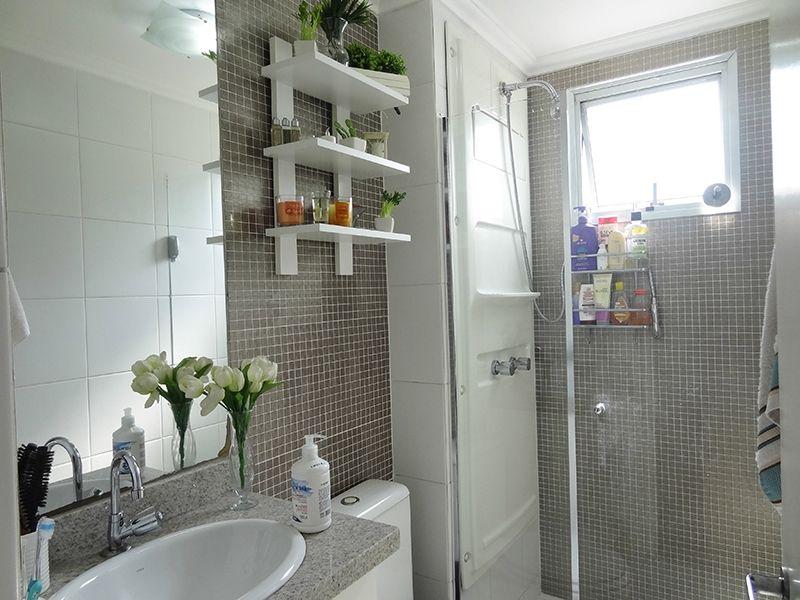 Sacomã, Apartamento Padrão-Banheiro social com piso de cerâmica, teto com moldura de gesso, pia de granito com gabinete e box de vidro.
