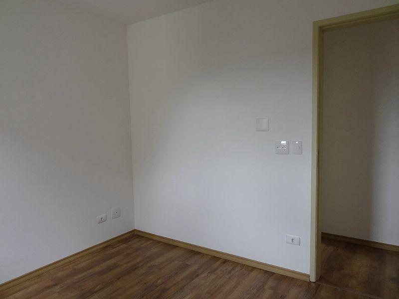 Sacomã, Apartamento Padrão-Dormitório com piso laminado e janela com tela de proteção.
