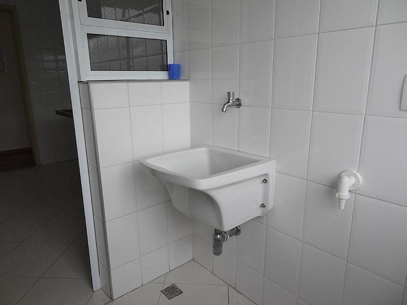 Sacomã, Apartamento Padrão-Área de serviço com piso de porcelanato e janela com tela de proteção.