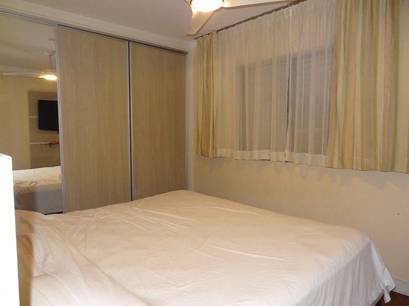 Jabaquara, Apartamento Padrão-suíte com piso laminado, moldura de gesso e armários.