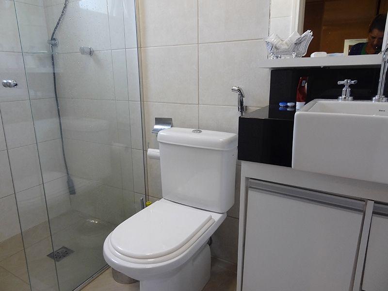 Jabaquara, Apartamento Padrão-Banheiro da suíte com piso de cerâmica, pia com cuba sobre posta com gabinete e box de vidro.