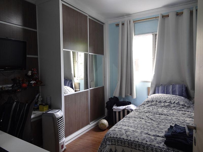 Jabaquara, Apartamento Padrão-Dormitório com piso laminado, moldura de gesso e armários.