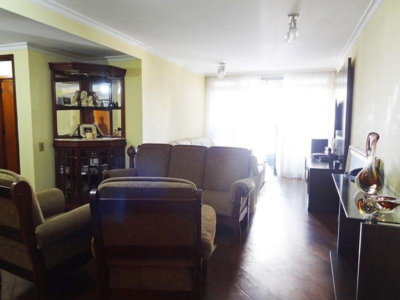 Saúde, Apartamento Padrão - Sala em L com dois ambientes, piso de madeira, teto com moldura de gesso e acesso a sacada.