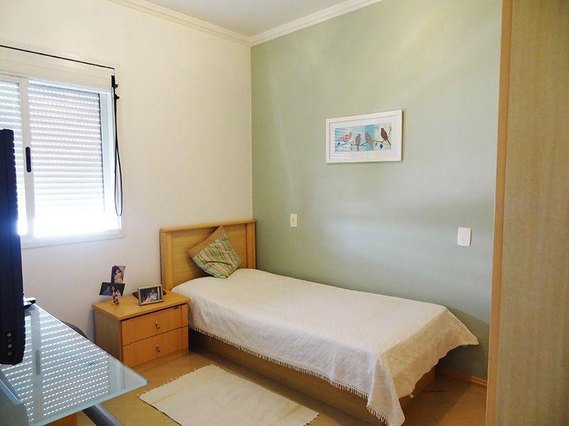 Ipiranga, Apartamento Padrão-Segundo dormitório com piso laminado, teto com moldura de gesso e armários planejados.