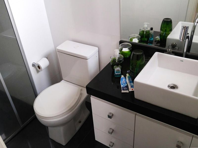 Ipiranga, Apartamento Padrão-Banheiro da suíte com piso de porcelanato, pia sobreposta de porcelana e box de vidro.