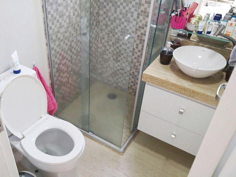 Ipiranga, Apartamento Padrão-Banheiro social com piso de cerâmica, pia de mármore com cuba sobreposta de porcelana e box de vidro.
