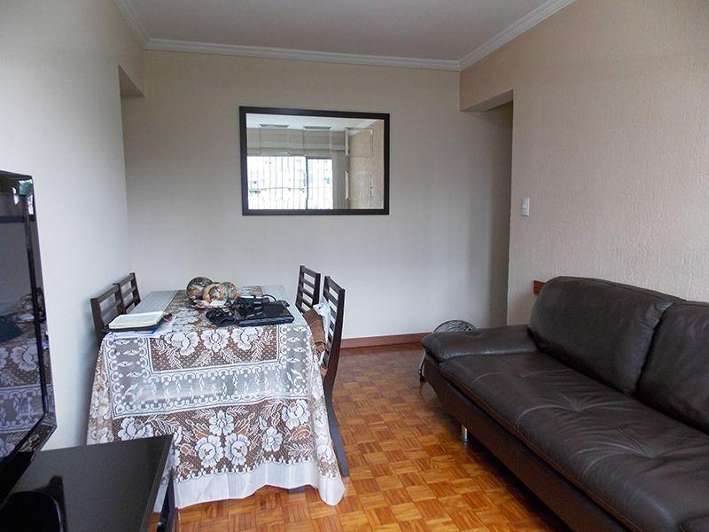 Jabaquara, Apartamento Padrão-Sala retangular com piso de madeira e teto com moldura de gesso.