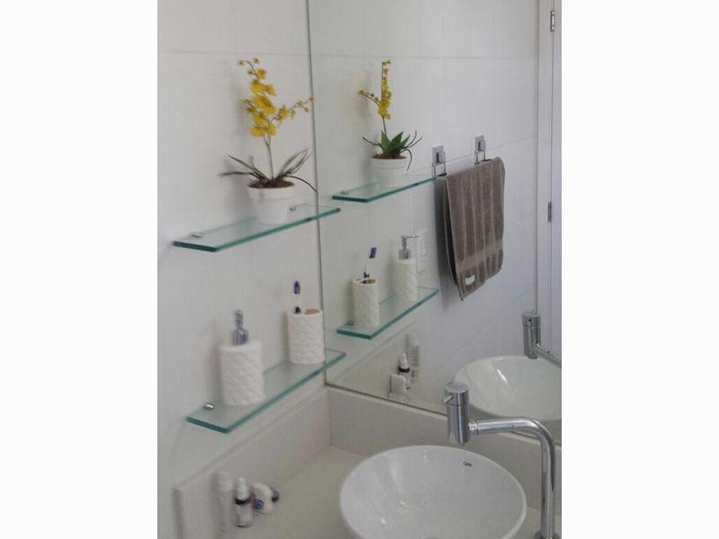 Sacomã, Apartamento Padrão-Banheiro social com piso de cerâmica, teto com moldura de gesso, pia com bancada de granito, cuba sobreposta de porcelana, gabinete e box de vidro.