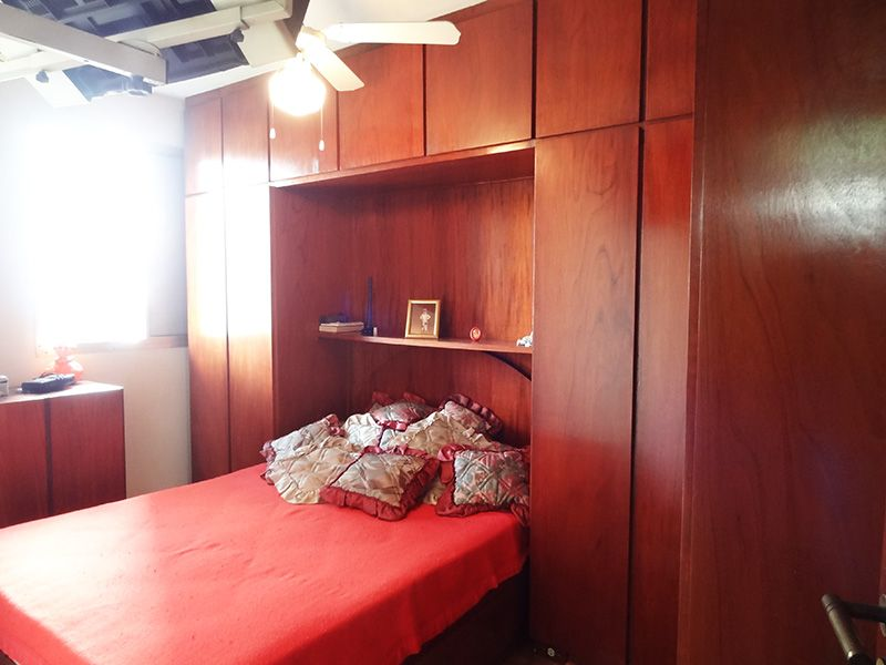 Jabaquara, Apartamento Padrão-Primeiro dormitório com piso de madeira e armários planejados.