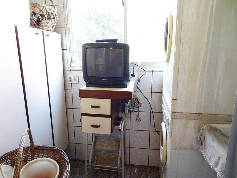 Jabaquara, Apartamento Padrão-Área de serviço com piso de granito, armários planejados e divisória da cozinha em alumínio.