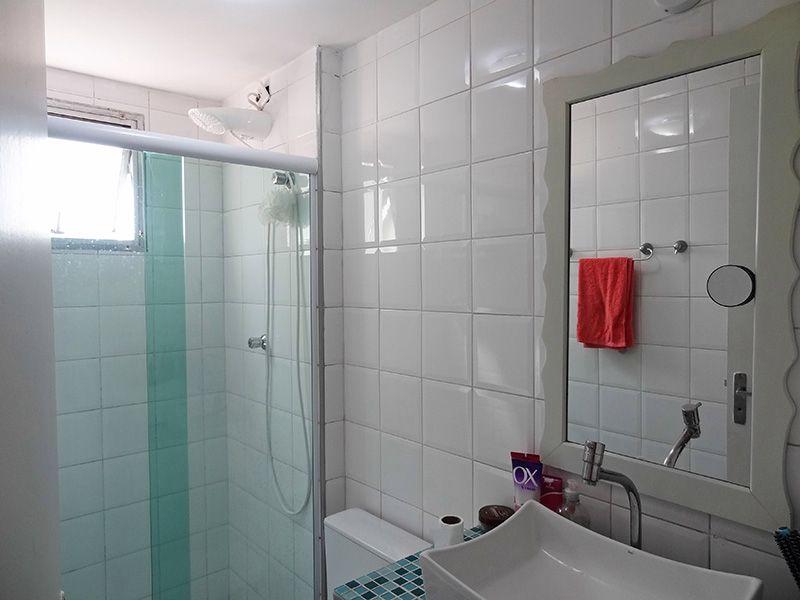 Sacomã, Apartamento Padrão-Banheiro social com piso de cerâmica, pia de cerâmica com sobreposta de porcelana e box de vidro.