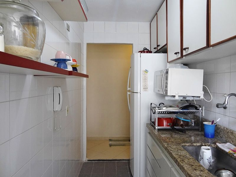 Sacomã, Apartamento Padrão-Cozinha com piso de cerâmica, pia de granito com gabinete e armários planejados.