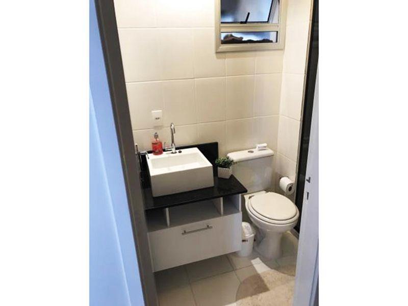 Sacomã, Apartamento Padrão-Banheiro social com piso de cerâmica, pia de granito com sobreposta de porcelana, gabinete e box de vidro.