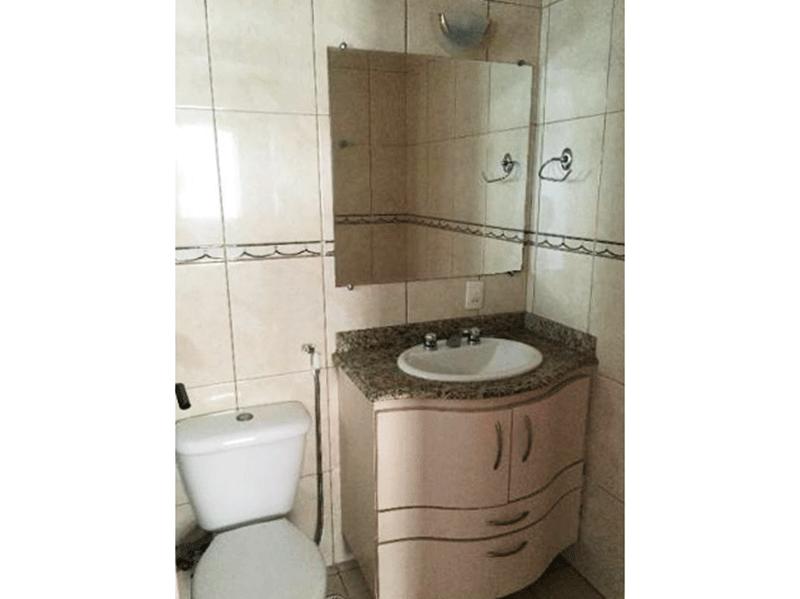 Sacomã, Apartamento Padrão-Banheiro da suíte com piso de cerâmica e pia de granito com gabinete.