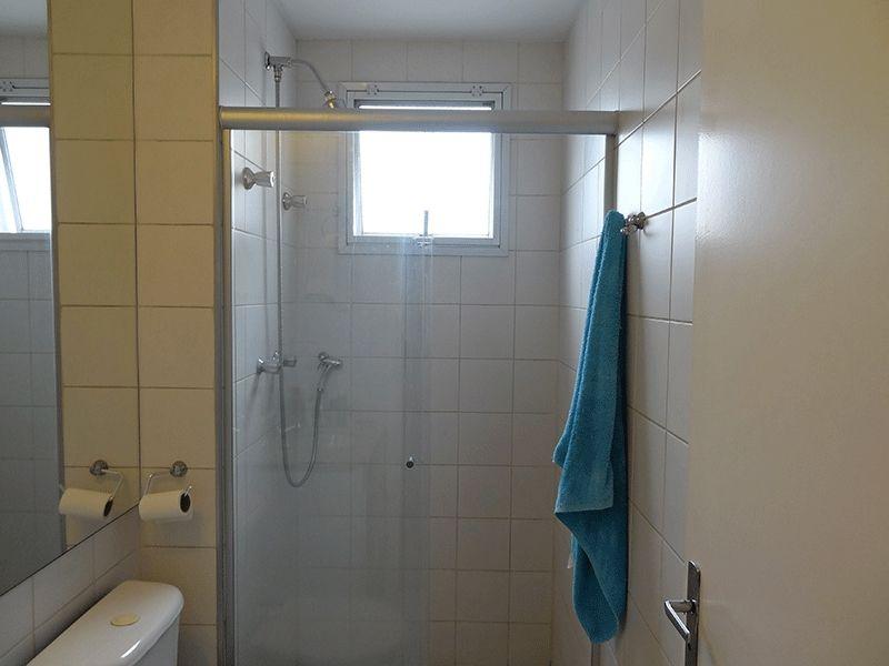 Ipiranga, Apartamento Padrão-Banheiro social com piso de cerâmica, pia de mármore com gabinete e box de vidro.