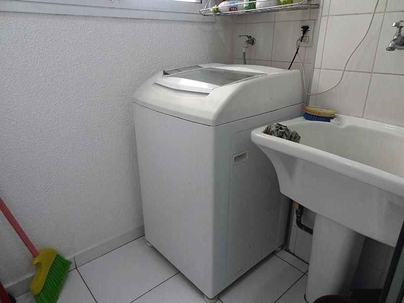 Ipiranga, Apartamento Padrão-Área de serviço com piso de cerâmica, aquecedor de passagem e divisória da cozinha em vidro.