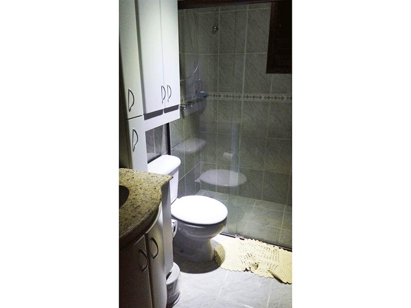 Sacomã, Apartamento Padrão-Banheiro social com piso de cerâmica, pia de granito com gabinete e box de vidro.