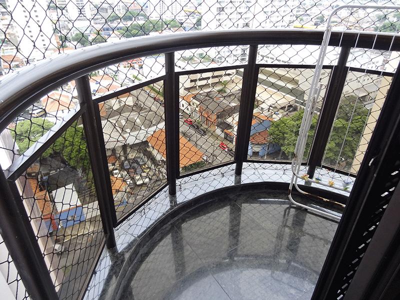 Ipiranga, Apartamento Padrão-Sacada  da suíte com piso de granito e tela de proteção.